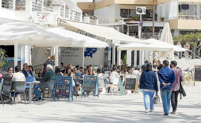 Blick auf eine Restaurantterrasse auf Mallorca.
