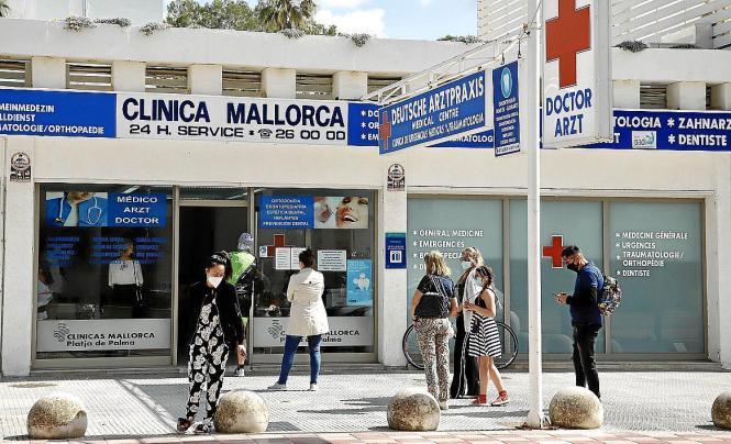 Deutsche Urlauber warten vor einer Klinik an der Playa de Palma, einen Corona-Test machen zu können.