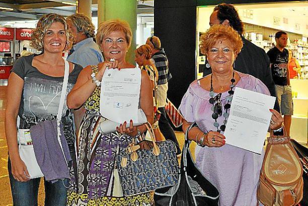 """Wer den Residentenrabatt nutzen will, muss wie diese Frauen nachweisen, dass er auf Mallorca lebt. Sie reisen mit einem """"Certificado de residencia para viaje""""."""