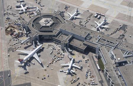 Der Frankfurter Flughafen aus der Luft: Die Bundespolizei kontrolliert auch dort, ob Einreisende aus Nicht-Risikogebieten einen negativen Test dabei haben.