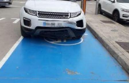 Das Unfallfahrzeug weist eine Beule auf.