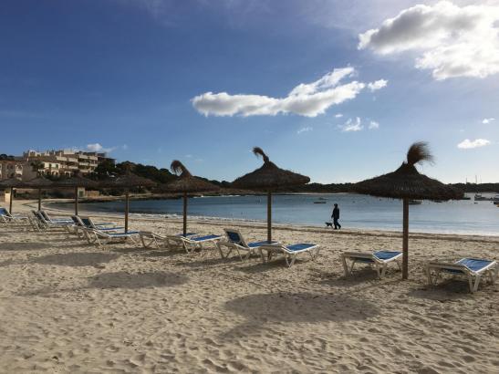 Ein Strand im Ferienort Colonia de Sant Jordi auf Mallorca: Dem Reiseveranstalter Tui zufolge kommen im Sommer viele deutsche Urlauber auf die Insel.
