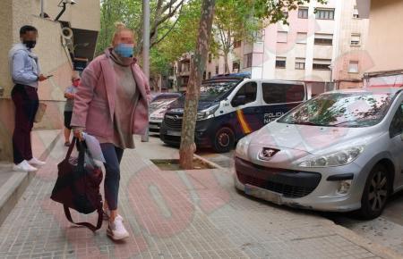 Die Unfallfahrerin beim Verlassen des Prädiums der Nationalpolizei in Palma.