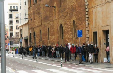 Immer mehr Menschen müssen auf Mallorca für kostenlose Lebensmittel anstehen.