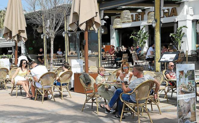 Restaurantgäste auf einer Terrasse auf Mallorca.