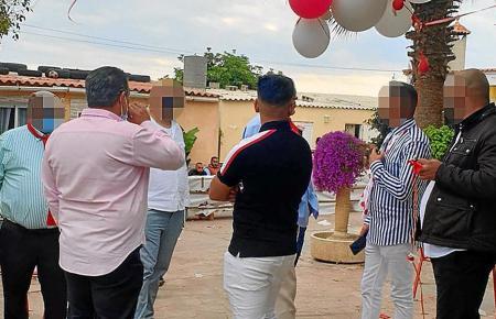 Teilnehmer der illegalen Hochzeit.