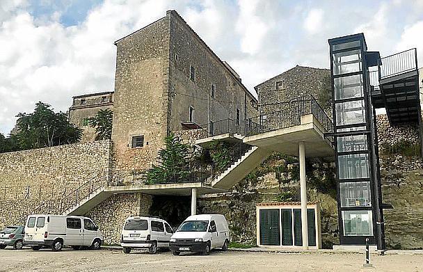 Der Aufzug von Lloret verbindet den Dorfkern mit einem Parkplatz.
