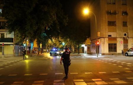 Polizist bei der Überwachung der Ausgangssperre auf Mallorca.