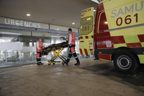 Der Mann wurde mit Kopfschmerzen und Erbrechen ins Krankenhaus gebracht. (Symbolbild)