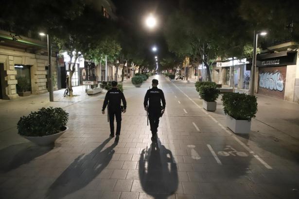 Polizisten überwachen die Ausgangssperre in Palma.
