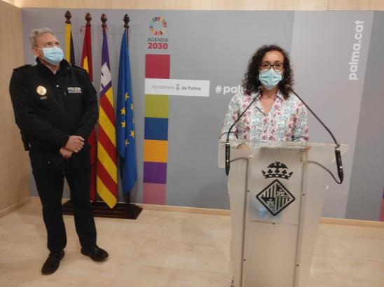 Stadträtin Joana Maria Adrover auf einer Pressekonferenz