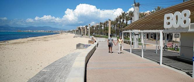 Ab Mai sollen Liegen und Sonnenschirme an der Playa de Palma aufgestellt werden. (Foto UH)