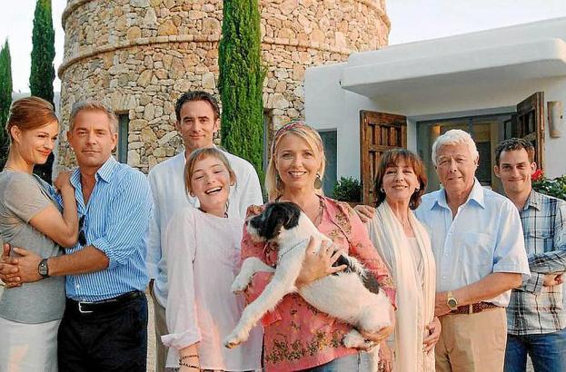 Das Ensemble (v.l.n.r.): Henriette (Suzan Anbeh), Torsten (Florian Fitz), Pedro (Giulio Ricciarelli), Lucy (Maria Ehrich), ihre Mutter Karla (Tina Ruland), Greta (Heidelinde Weis), ihr Mann Herbert (Peter Weck) und Sohn Max (Johannes Suhm).