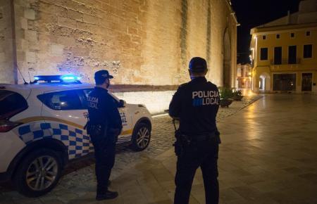Polizisten überwachen die nächtliche Ausgangssperre auf den Balearen.