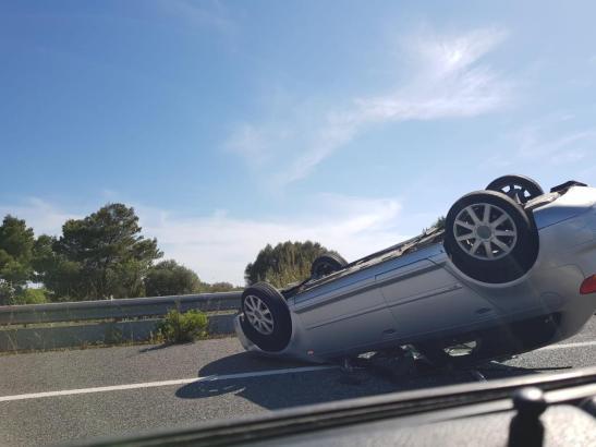 Nach der Kollision mit dem Lkw bleibt der Audi auf dem Dach liegen. (Foto UH)
