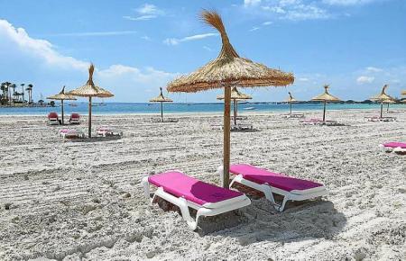An der Playa de Alcúdia im Norden von Mallorca sind in diesem Jahr ein Drittel der Sonnenschirme und Liegen installiert (im Vergleich zu 2019) – und dies mit größerem Abstand als üblich.