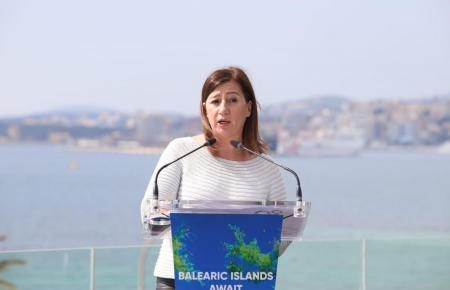 Vor der Bucht von Palma warb die Ministerpräsidentin der Balearen, Francina Armengol, Mitte März um Urlauber. Um diese anzulocken ist für sie eine Sieben-Tage-Inzidenz unter 50 wichtig.