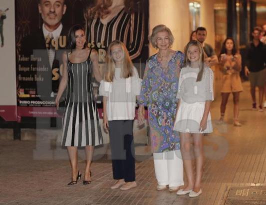 Letizia samt Schwiegermutter Sofía und den Töchtern Leonor und Sofía 2019 in Palma.