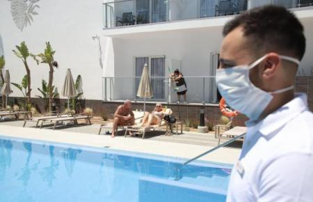 Arbeitnehmer an einem Hotelpool auf Mallorca.