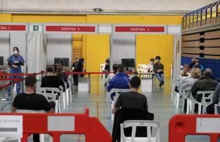 Massenimpfung im Sportzentrum Germans Escalas in Palma.