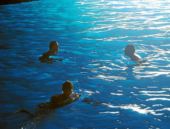 Urlauber schwimmen in der blauen Grotte.