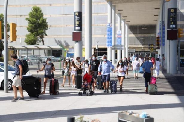 Touristen vor dem Flughafen von Mallorca.