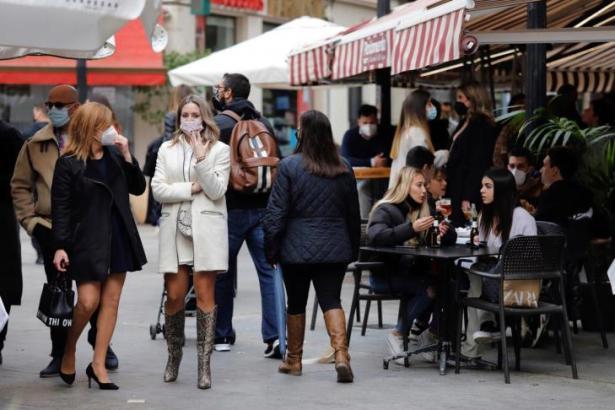 Restaurantbesucher und Passanten auf Mallorca.