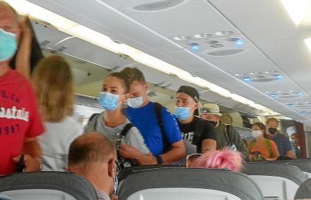 Passagiere in einem Urlauberjet.