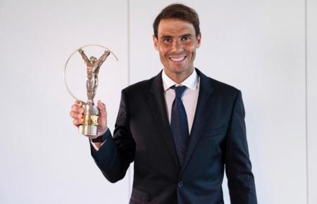 Stolz präsentiert Rafael Nadal seinen vierten Laureus-Award.