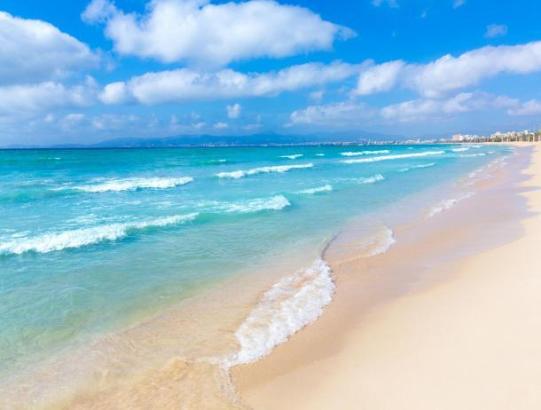 Das türkisblaue Wasser der Playa de Palma wartet auf Badefreunde.