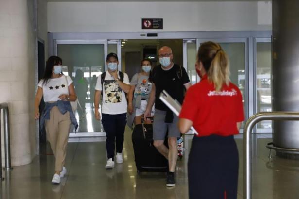 Das Archivbild zeigt eintreffende Urlauber aus England am Flughafen von Menorca.