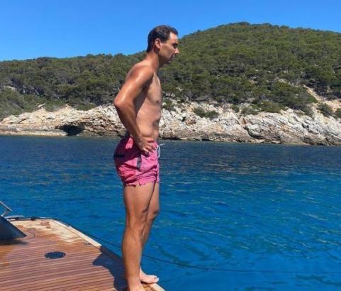 Kraft tanken: Rafael Nadal nutzt das herrliche Wetter am Samstag zu einem Ausflug auf seiner Yacht.
