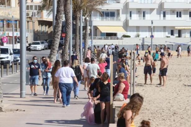 Auch an den anderen Stadtstränden von Palma herrschte reges Treiben im Sonnenschein.