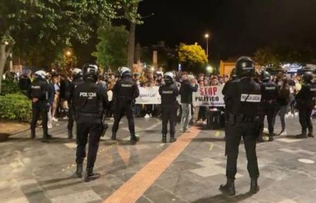 Polizisten und Demonstranten nachts auf der Plaça d'Espanya in Palma.