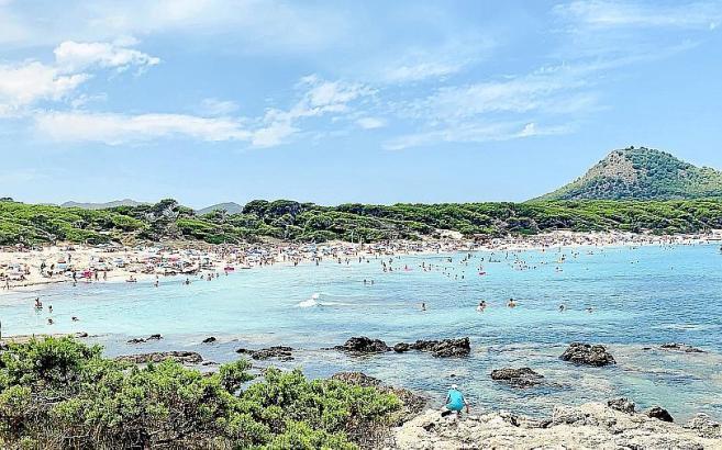 Blick auf den Naturstrand Cala Agulla.