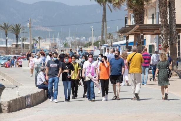 Passanten in Palmas Meeresviertel El Molinar.