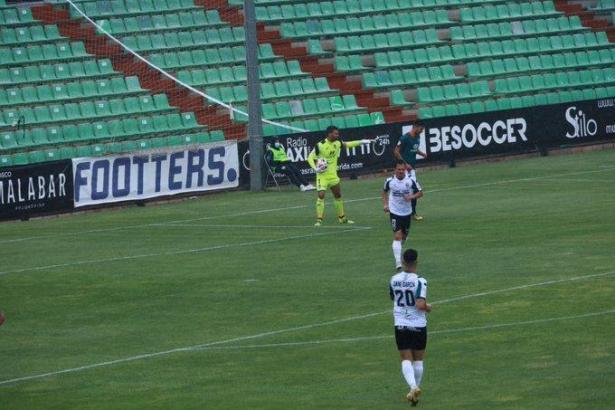 Szene aus dem Spiel von Atlético Baleares in Mérida. Inselkicker-Keeper Xavi Ginard musste einmal hinter sich greifen.