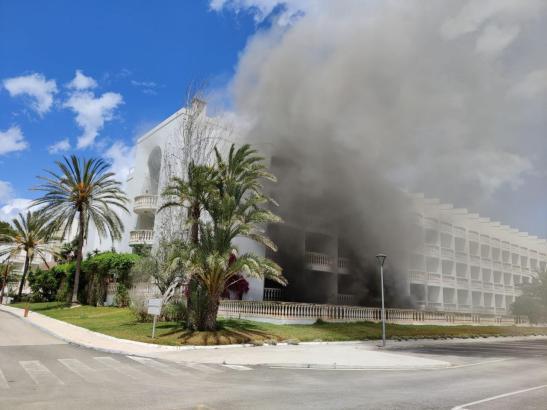 In und vor dem Hotel bildete sich starker Rauch.