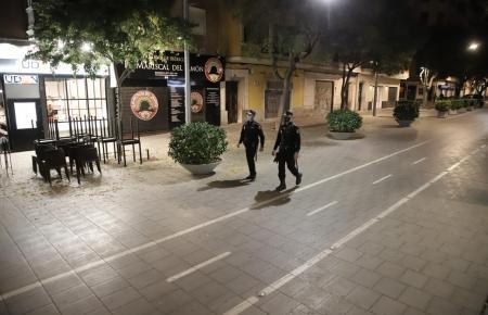 Polizisten überwachen die nächtliche Ausgangssperre auf Mallorca.
