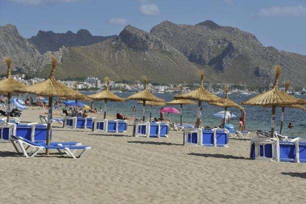 Strandliegen und Sonnenschirme werden erst voraussichtlich ab Juli in Pollença aufgestellt.