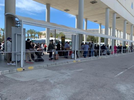Lange Schlange vor dem Taxistand am Flughafen an diesem Donnerstag.