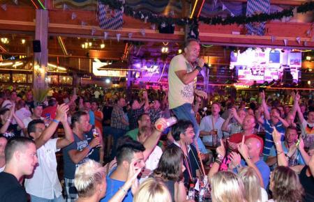 Ob an der Playa de Palma jemals wieder zusammen mit Partysängern, hier Tim Toupet im Bierkönig, ausschweifend gefeiert werden kann, steht in den Sternen.