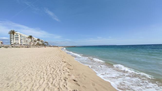 Auf Mallorca beginnt langsam aber sicher die Saison. Pfingsten steht bevor und am 1. Juni beginnt der meterologische Sommer. Hier ein Strand in Palma. (Archivfoto)
