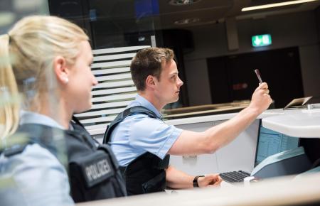 Neben Fluggesellschafte kontrollieren auch Bundespolizisten Tests und Genesenennachweise sowie Impfpäße. (Symbolbild)