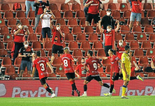 Hier bejubeln die Real-Mallorca-Kicker das 1:0 von Abdón Prats – erstmals seit langer Zeit feiern sie wieder vor Publikum.