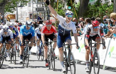 Jubelnd fährt André Greipel in Port d'Alcúdia über die Ziellinie.