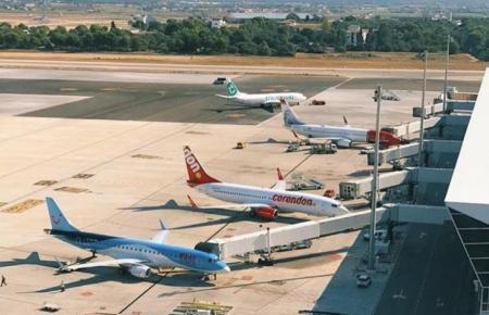 Flugzeuge auf dem Airport von Mallorca.