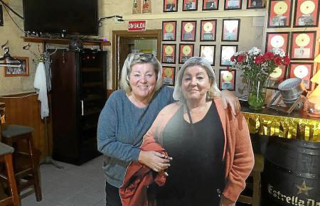 Erna Hepp in ihrer Bar Vino y Más. Stammgäste haben ihr einen Erna-Pappaufsteller gebastelt. Sie waren der Meinung, es sollte mehr als eine Erna Hepp geben.