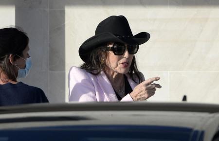 Joan Collins vor dem Flughafen von Palma.