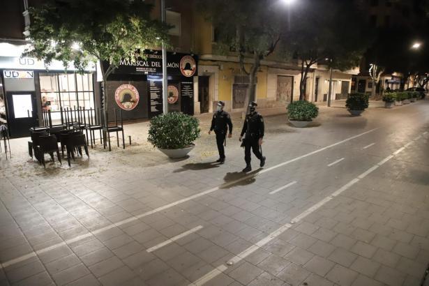 Polizisten überwachen die nächtliche Ausgangssperre in Palma.